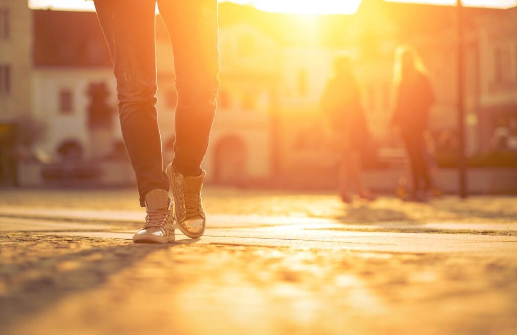 Homem caminhando no pôr do sol
