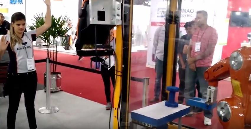 Robô controlado pelo movimento das mãos - (Foto: Divulgação)