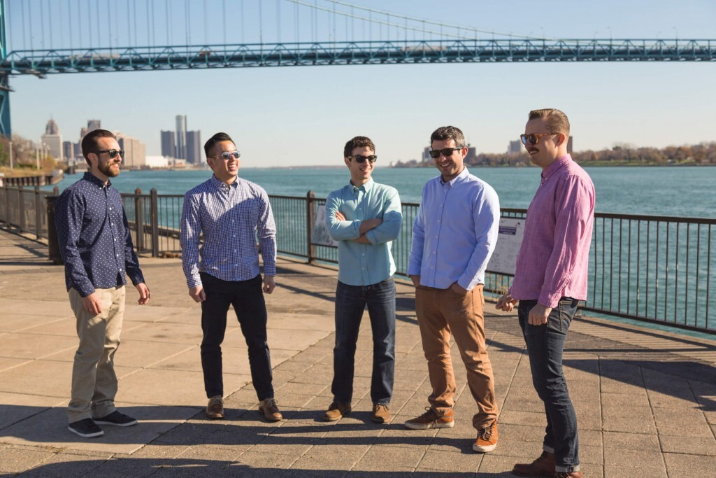 Homens com menos de 1,73m têm dificuldade em encontrar camisas com o corte ideal