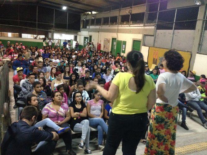 Voluntárias fazem palestra sobre machismo solicitada por alunos de escola pública em São Paulo