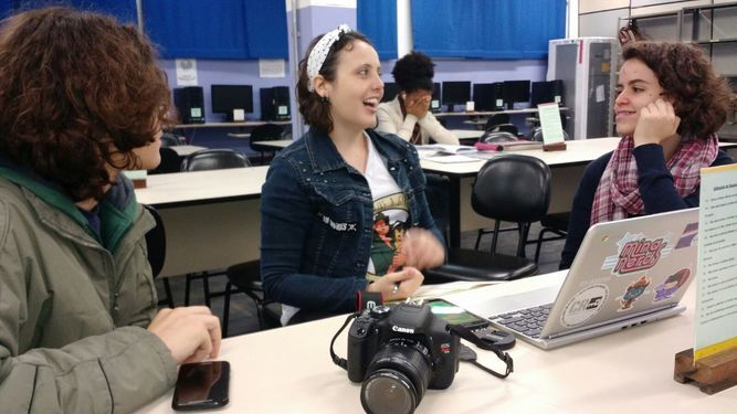 Voluntária dá oficina de fotografia em escola pública paulista