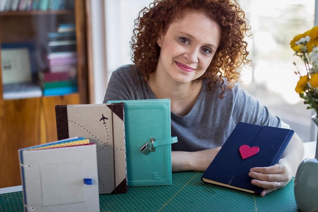 Danieli Barbara aprendeu programação para construir o site de seu negócio de encadernação