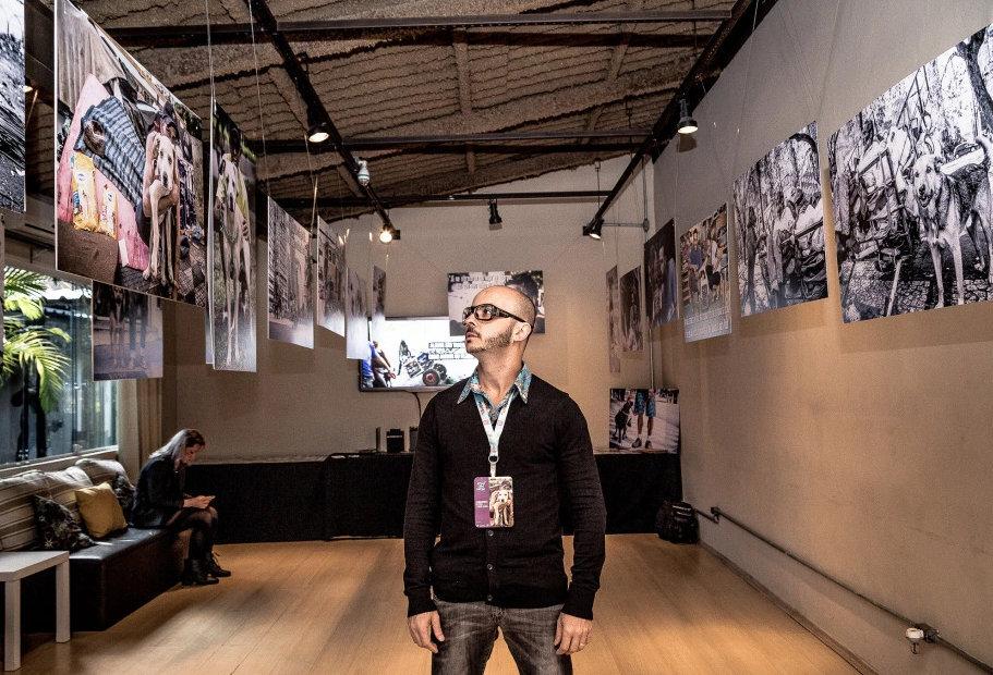 Edu Leporo na exposição fotográfica intinerante