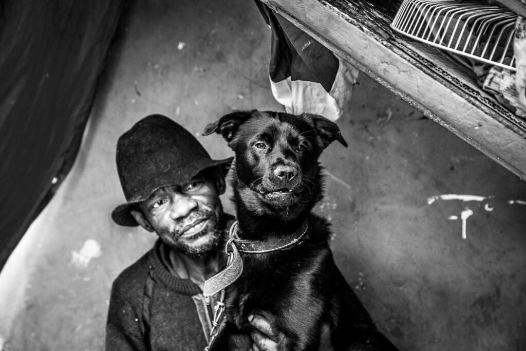 """Personagem do livro """"Moradores de Rua e seus Cães"""", que será vendido na internet"""