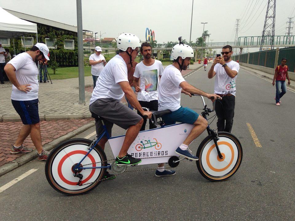 Ciclista cego pedala junto com guia em passeio do projeto Pedaleiros, no Rio.