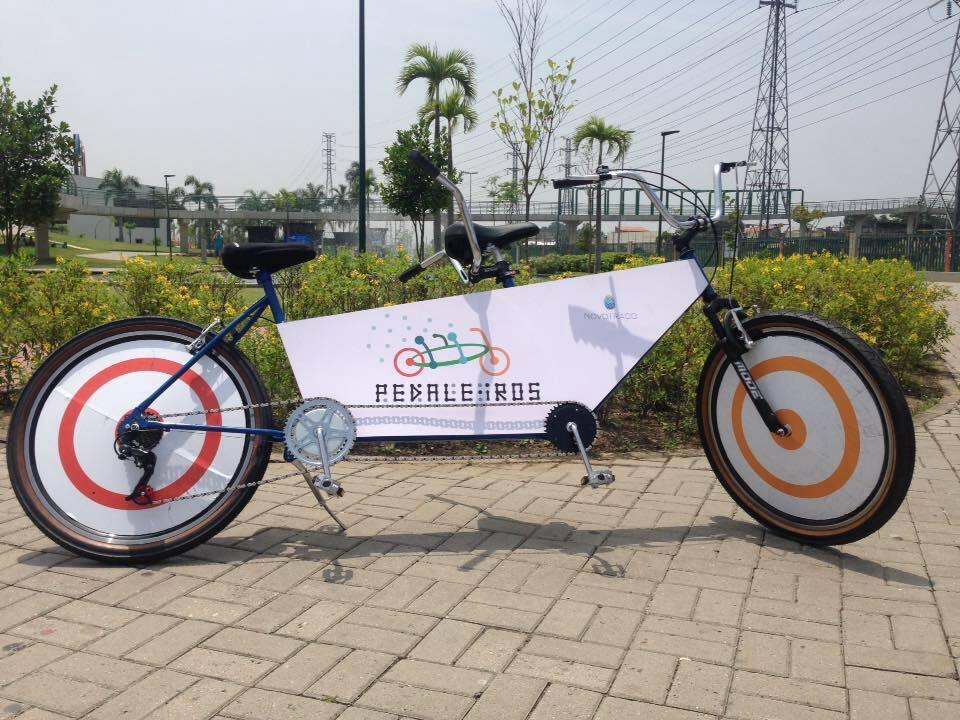Bike especial do projeto Pedaleiros, em que um guia pedala junto com um cego.