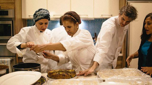 Refugiados revelam um mundo de sabores em serviço de delivery criado em NY