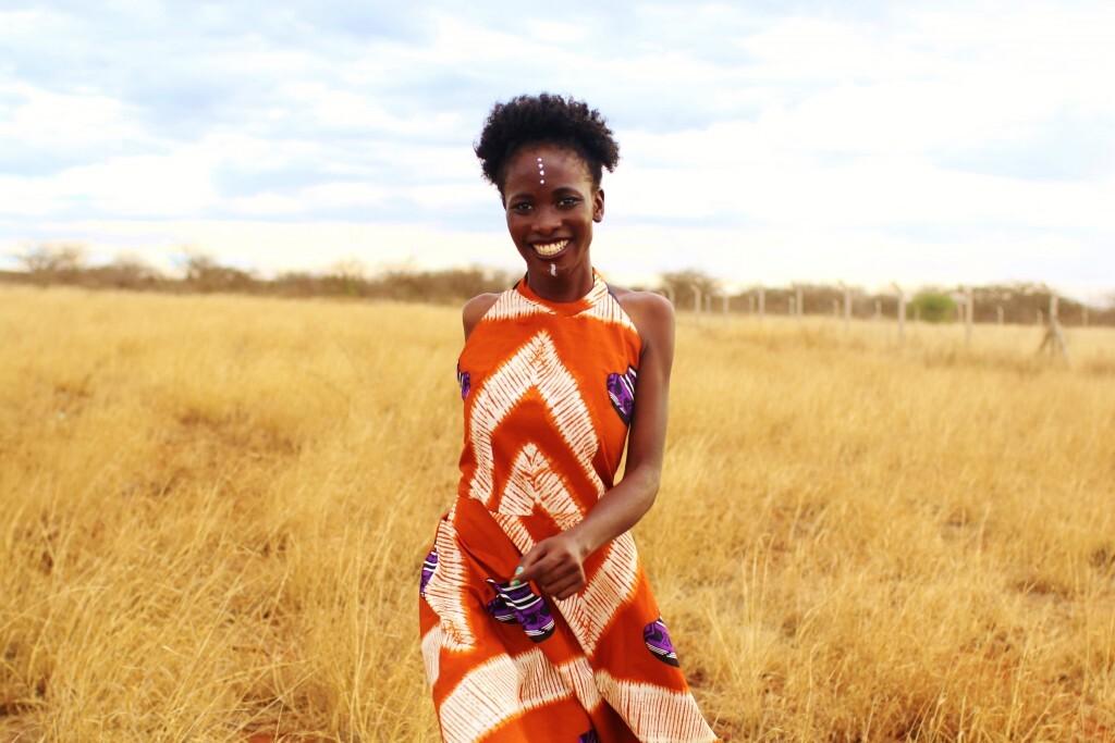 A modelo Pauline Adewa em ensaio da L'Afrikana numa savana