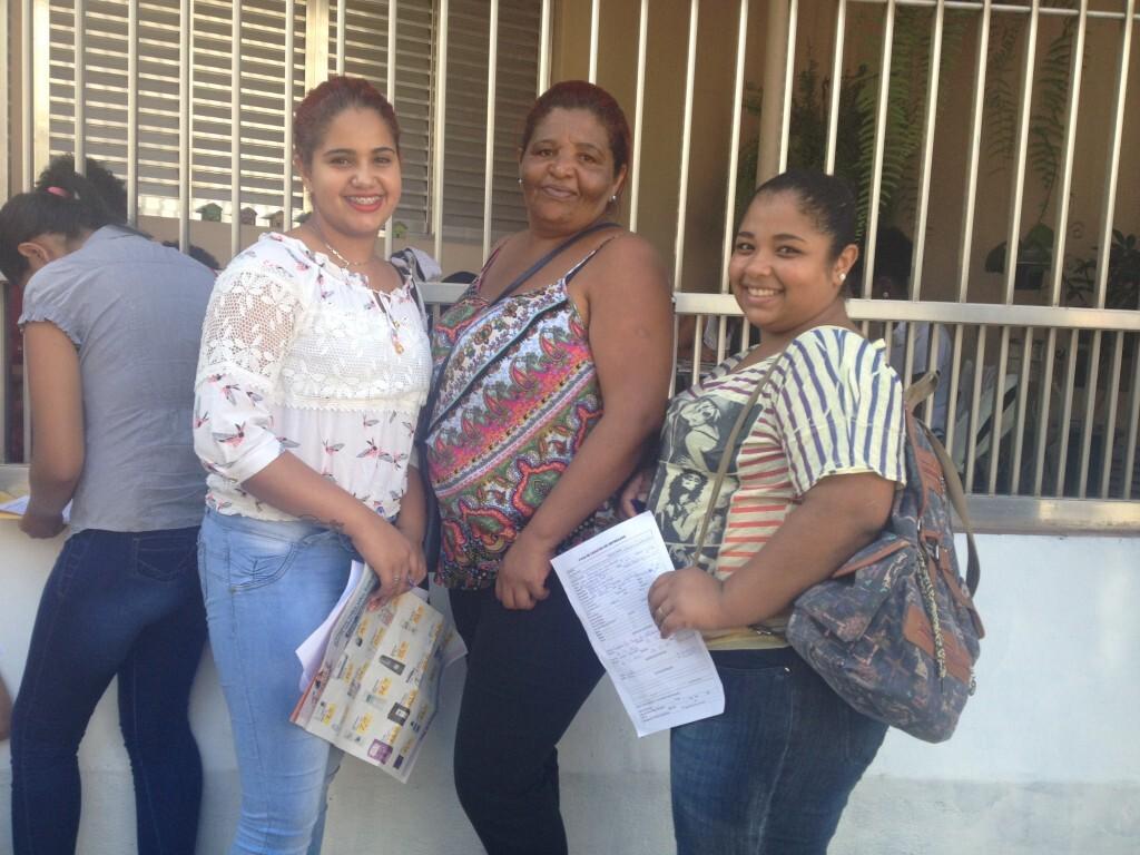 Zelita Ferreira Nunes e as filhas Katy Nunes Vieira (esq.) e Thamirys Nunes de Araújo, que estão desempregadas