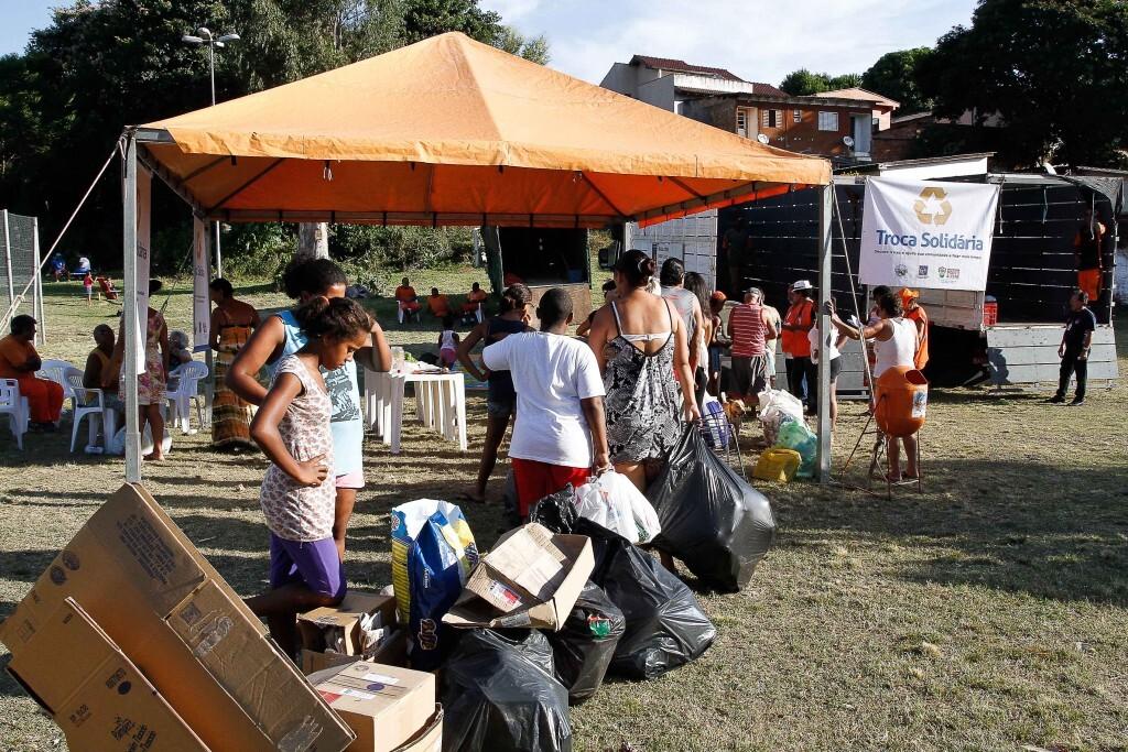 Troca Solidária de alimentos na praça Demétrio Ribeiro, em Porto Alegre
