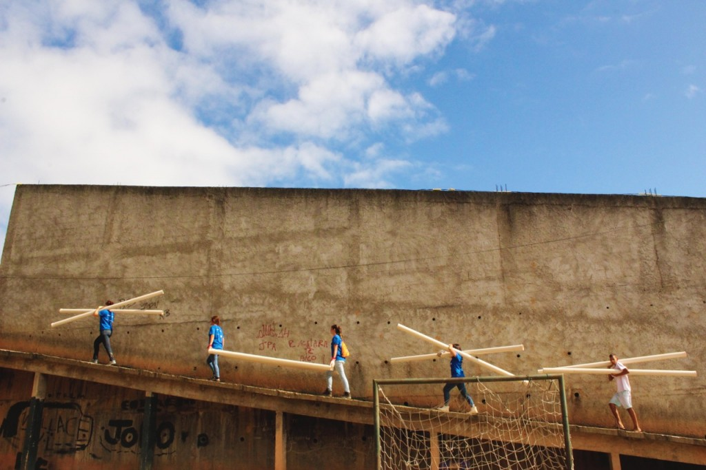 Mutirão de instalação de postes de luz em comunidade de Duque de Caxias (RJ)