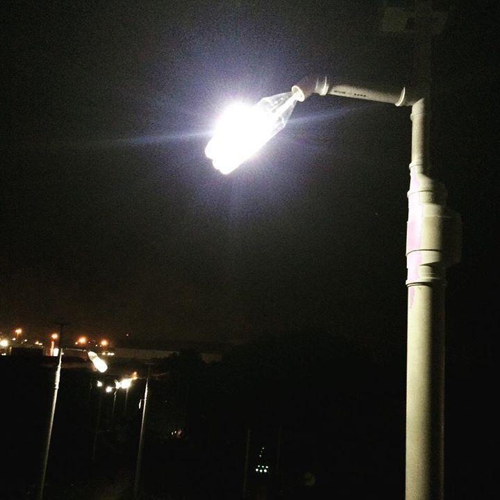 Poste de luz noturna produzido com materiais ecológicos e sustentáveis pelo Litro de Luz