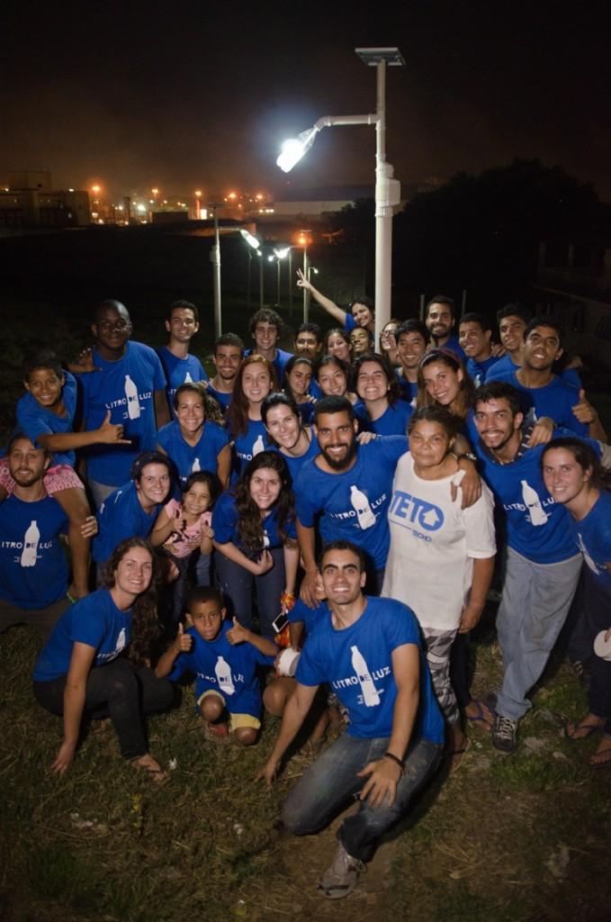 Equipe do Litro de Luz e voluntários após instalação de postes em Duque de Caxias (RJ)