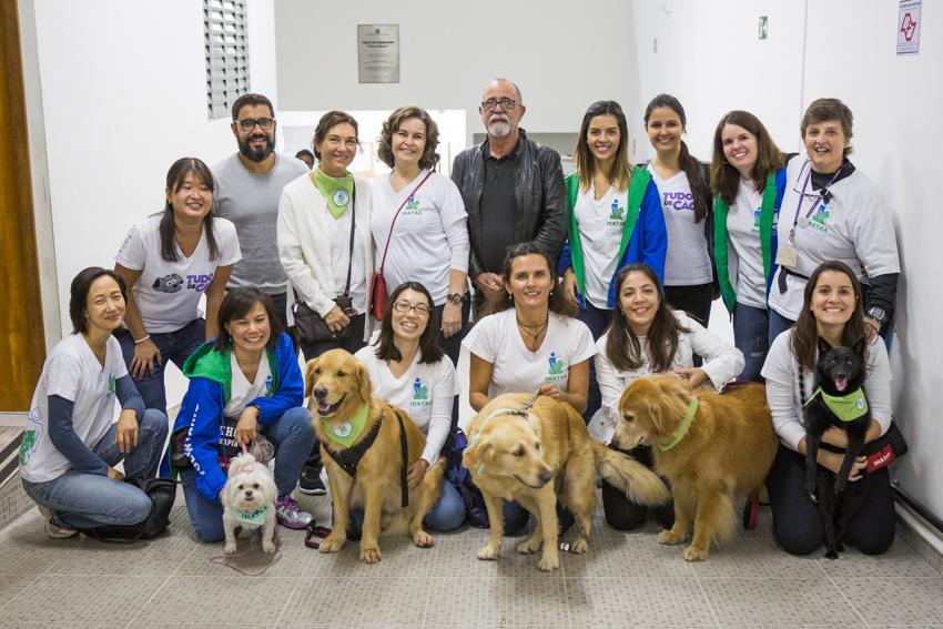 Equipes do Inataa e da Casa de Passagem Nova Terra posam com cães voluntários