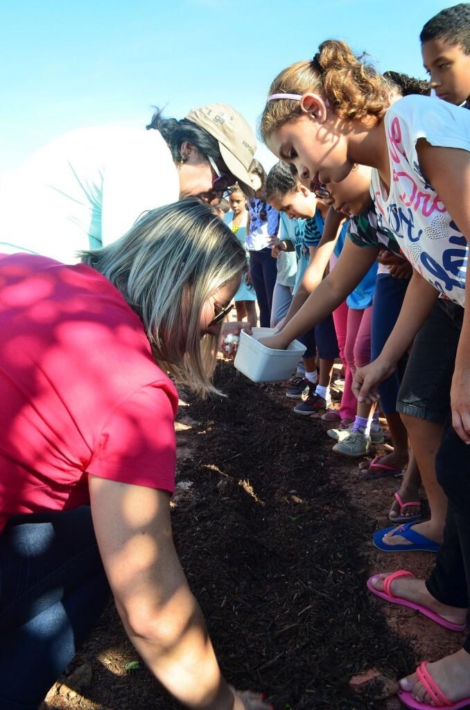 Crianças participam de plantio coletivo em área revitalizada de Perus