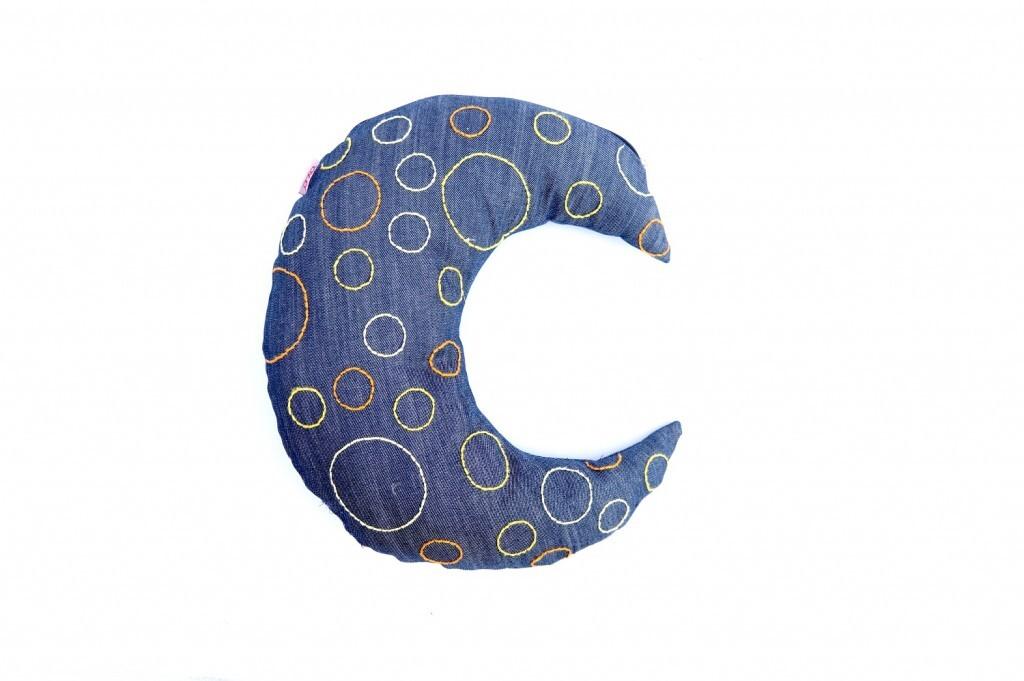 Almofada para encostar a cabeça, da coleção Cosmos, toda confeccionada com reuso de jeans