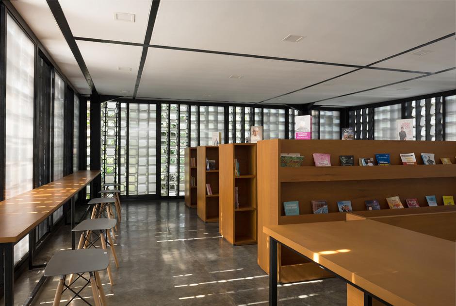 Interior da biblioteca ganhou mesas e prateleiras de madeira