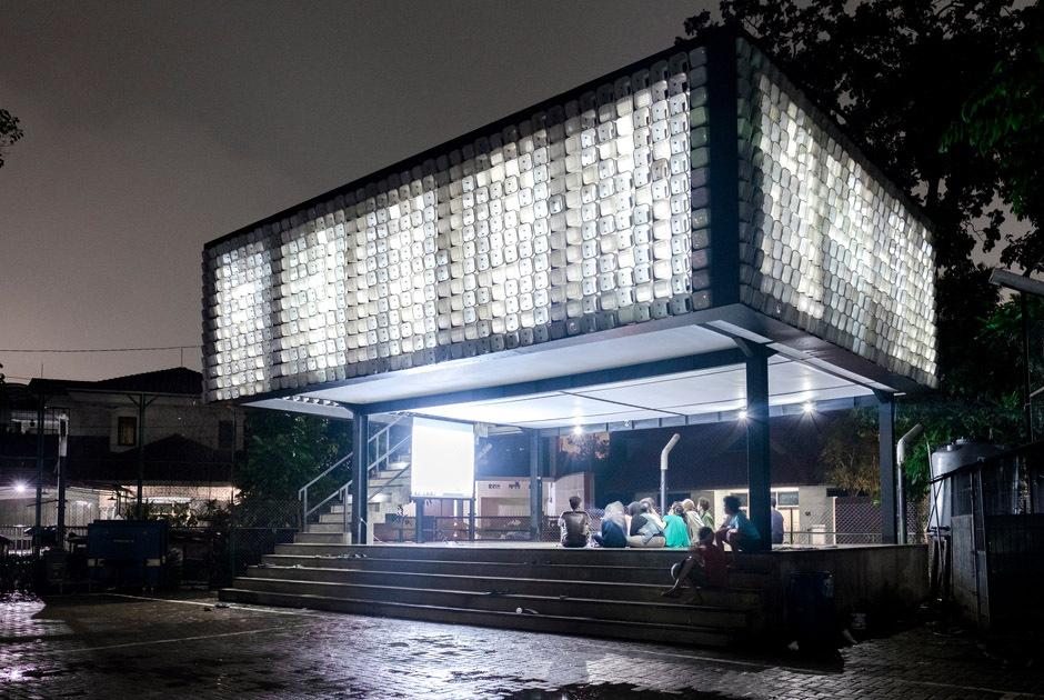 Biblioteca feita com material reciclável