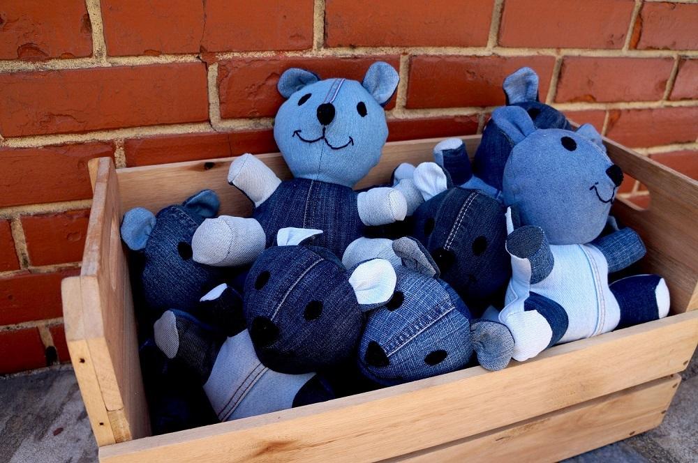 Urso feito com reaproveitamento de calças jeans em várias tonalidades