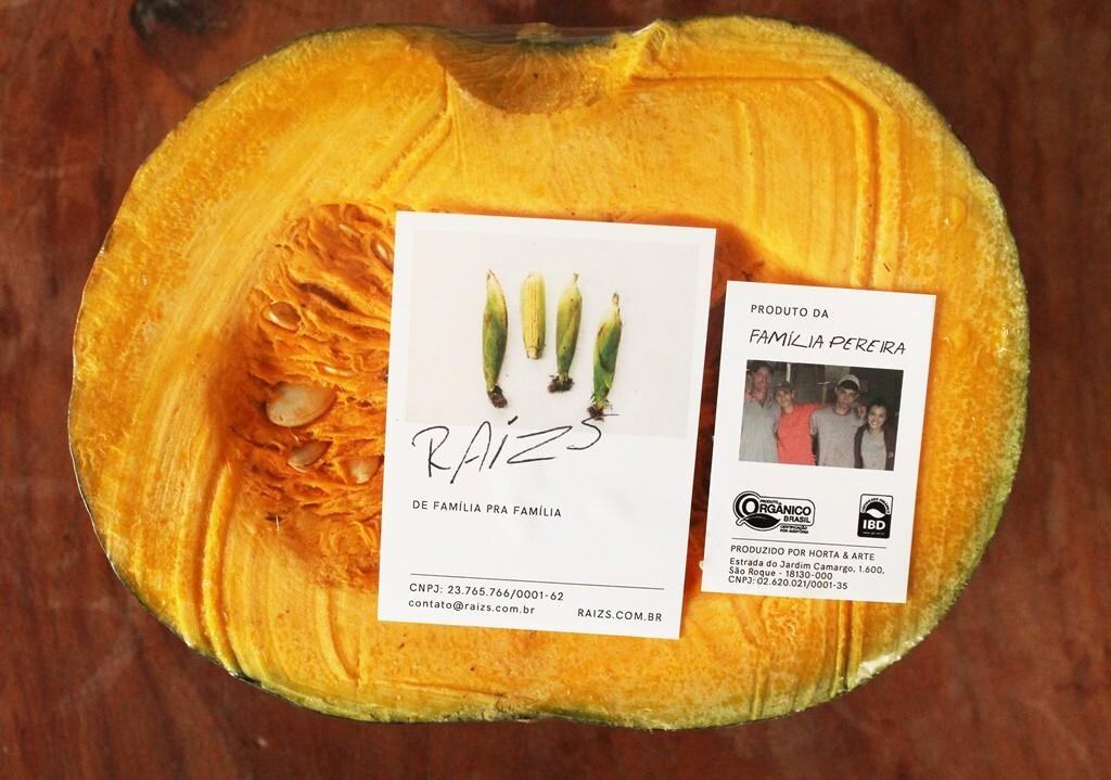 Abóbora orgânica é entregue com foto da família de agricultores
