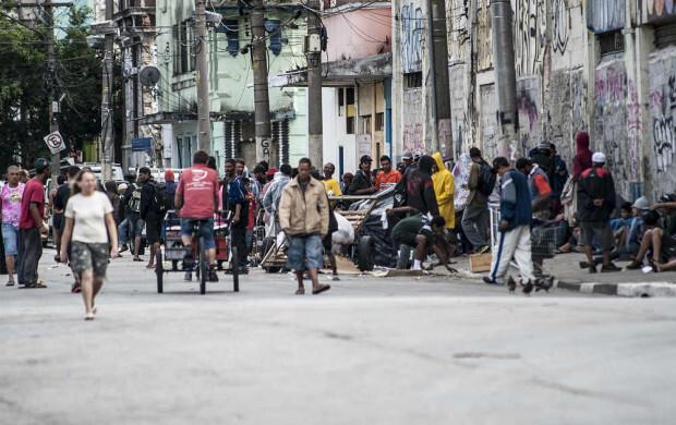 Usuários de crack em rua no centro de São Paulo, conhecida como Cracolândia