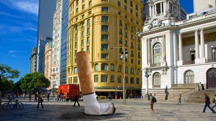 Instalação na Cinelândia alerta fumantes para descarte correto de guimbas