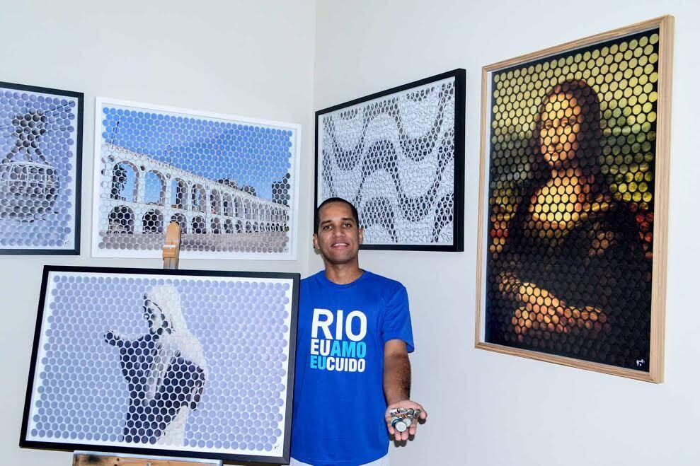 Alfredo Borret e algumas de suas obras feitas com tampinhas de metal