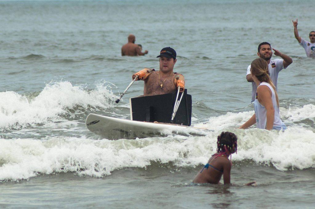 Marcos pratica surf