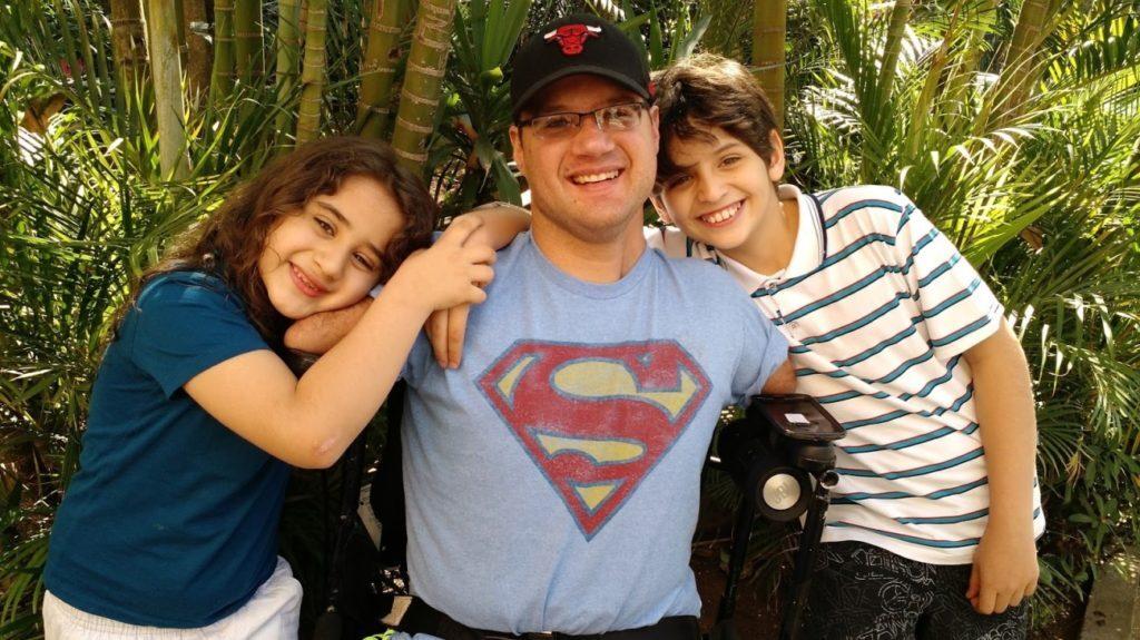 O autor com os dois filhos