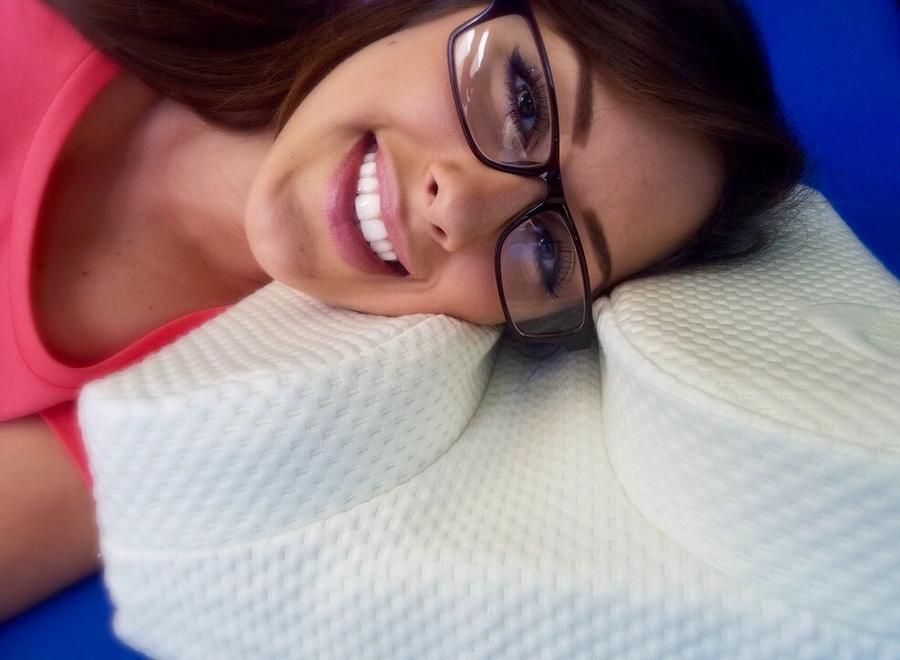 Travesseiro promete conforto a quem usa óculos