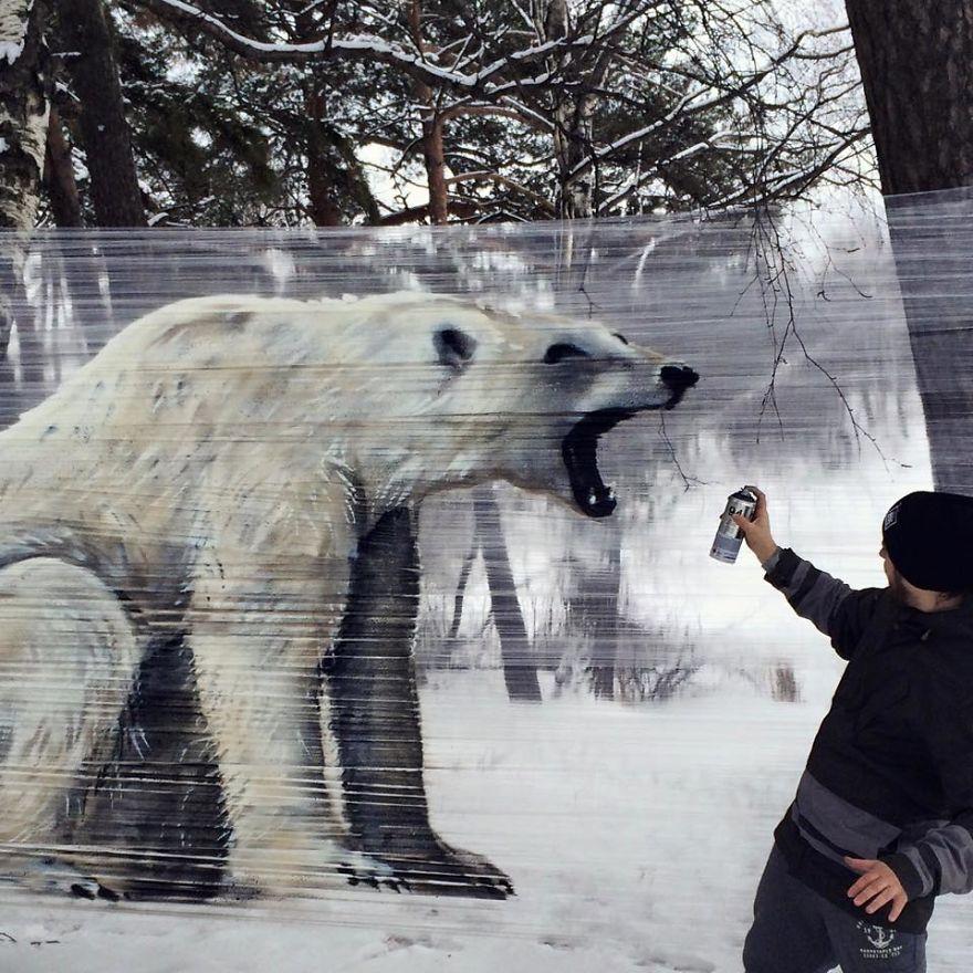 Artista usa plástico-filme como tela para grafite