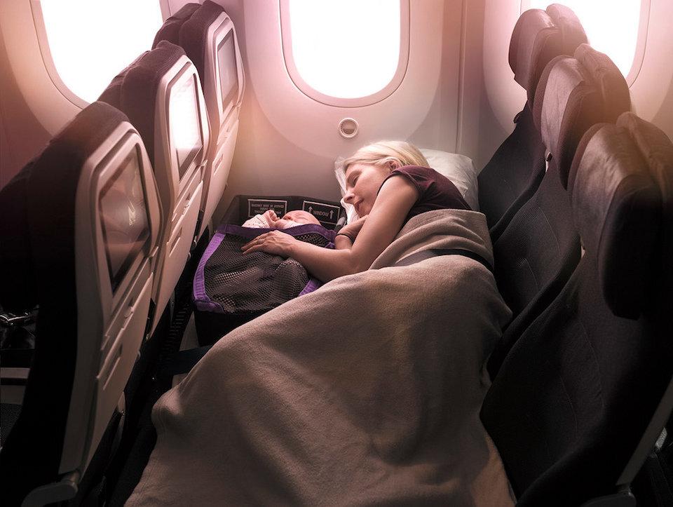 Mãe dorme com bebê em avião