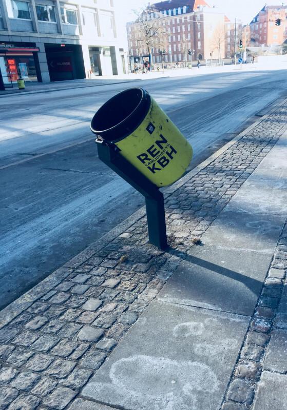 Descer da bike para jogar o lixo fora? Não nessas vias de Copenhague, na Dinamarca, em que os cestos são inclinados justamente para facilitar a vida dos ciclistas; invenções como essa surgem para resolver problemas do dia a dia