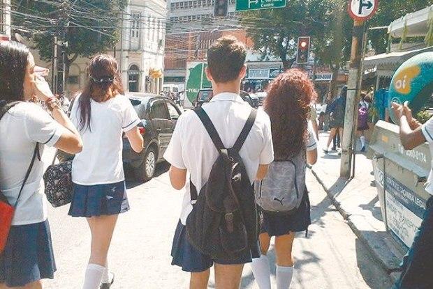 Alunos saem pelas ruas em apoio a estudante transgênero