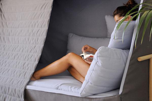 Designers criam sof que se transforma em cabana for Sofa que se transforma em beliche