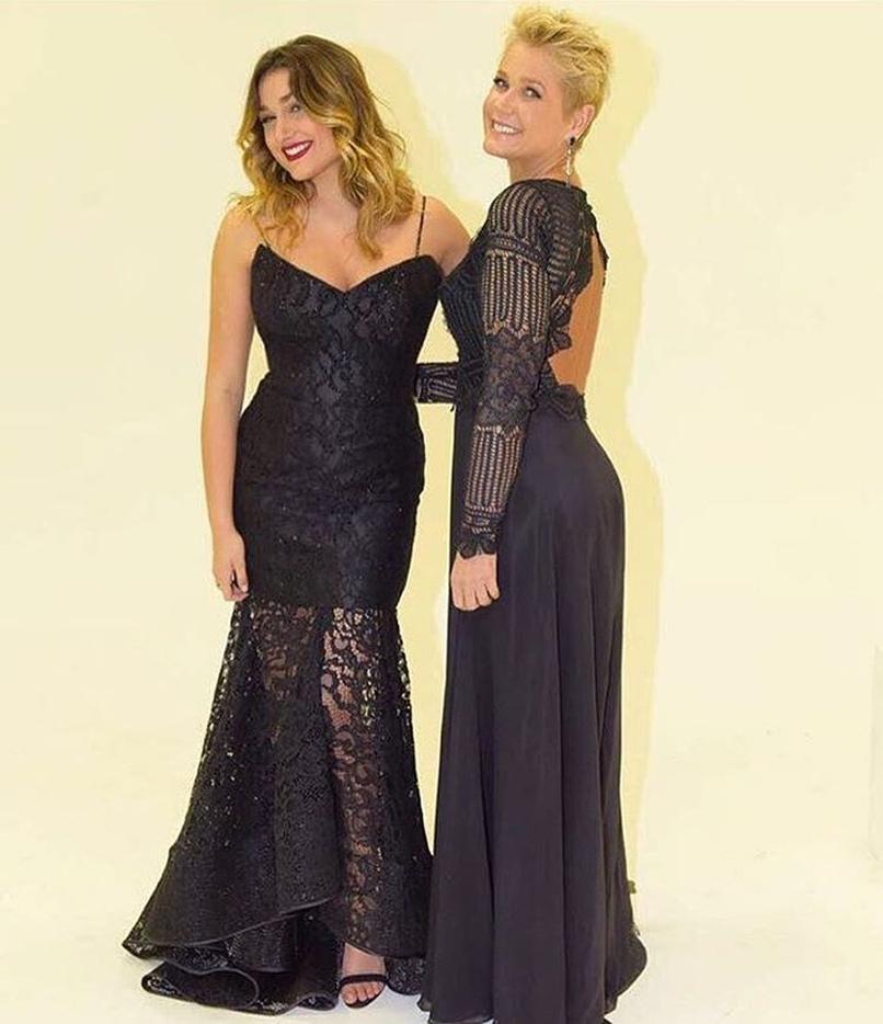 Sasha posando ao lado da mãe, Xuxa Meneghel, com o vestido de Martha Medeiros