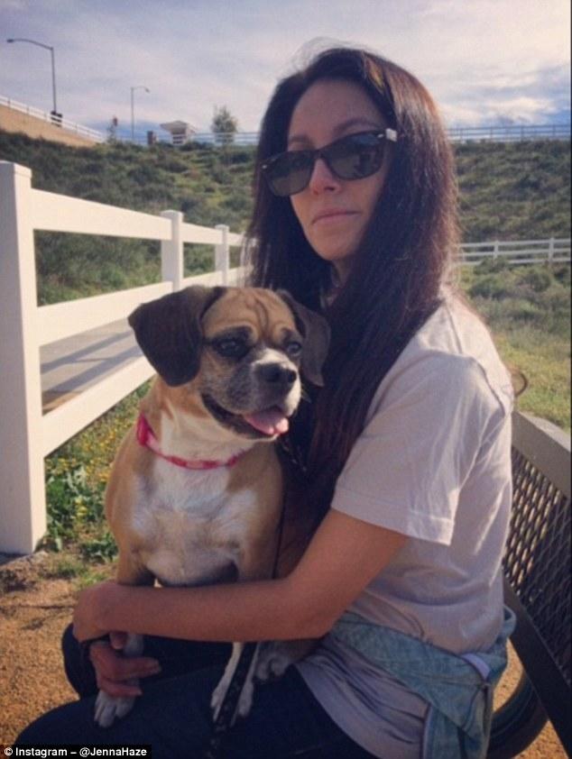 Jenna Haze, estrela de centenas de filmes para adultos, leva seu puggle Sable, para uma caminhada