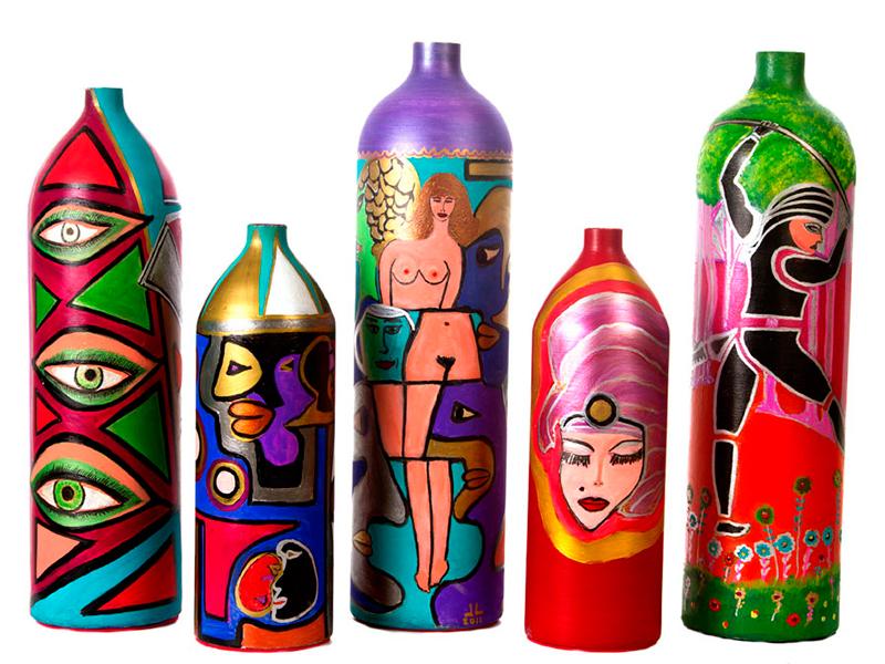 Alguns dos vasos criados pelo artista
